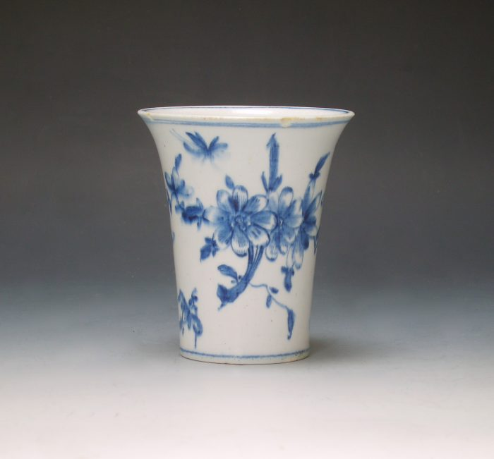 Early Lowestoft porcelain beaker vase